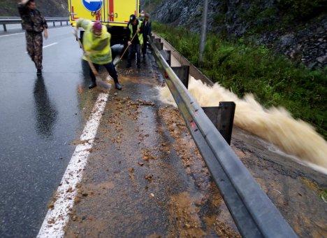Во Владивостоке службы жизнеобеспечения круглосуточно устраняют последствия дождей