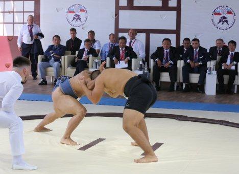 Во Владивостоке Россия выиграла у Японии матч по сумо на ВЭФ-2019