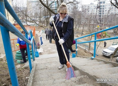Новая практика: Жителям Владивостока предлагают убирать свои дворы
