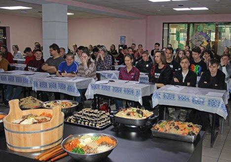 Корейские повара показали студентам Владивостока, как приготовить Чапхэ и Чончжу пибимпаб