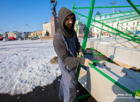 Главную городскую ёлку монтируют во Владивостоке