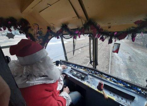 Во Владивостоке вышел на линию новогодний трамвай