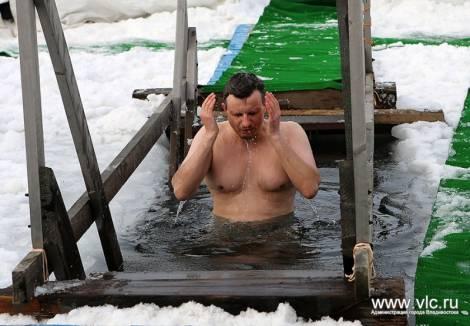 Жители Владивостока могут окунуться в крещенскую прорубь на Русском острове