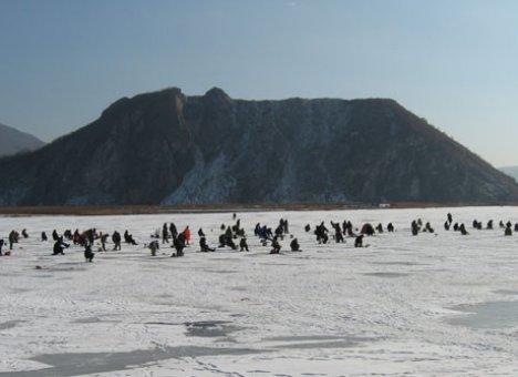 В Приморье опять спасают любителей подледной рыбалки