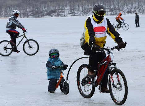 Велосипедисты, лыжники, конькобежцы, бегуны