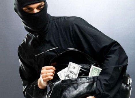 В Хабаровске мужчина попытался ограбить банк, облив сотрудника горючей жидкостью