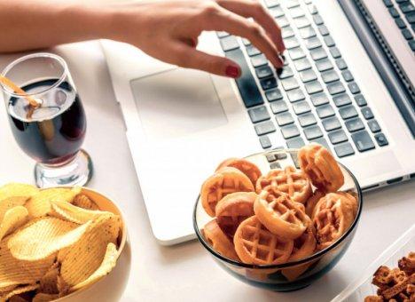 Диетологи предупреждают об опасностях изоляции и работы на дому