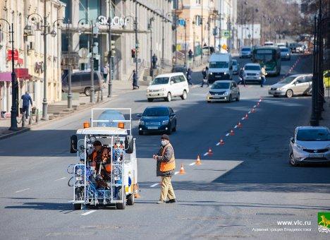 Во Владивостоке наносят дорожную разметку