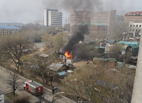 В центре Владивостока возник крупный пожар (фото)
