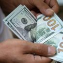 Россияне массово забирают валюту из банков