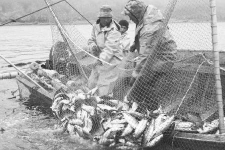 Федеральные чиновники вынуждают престарелых аборигенов ездить на рыбалку
