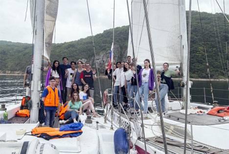 Более 300 школьников и студентов прошли под парусами вдоль островов залива Петра Великого