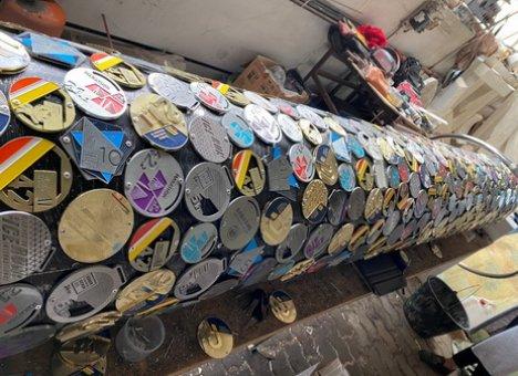 Во Владивостоке столб покрыли медалями