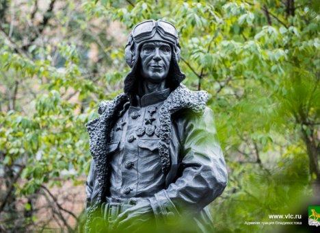 Памятник летчику Николаю Острякову установлен во Владивостоке